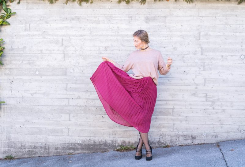 Outfit: Midi Skirt, Fishnet Tights & Comfy Knit