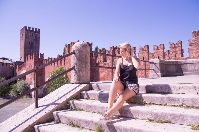 Outfit: Shorts, Sneakers and Silk Top in Verona