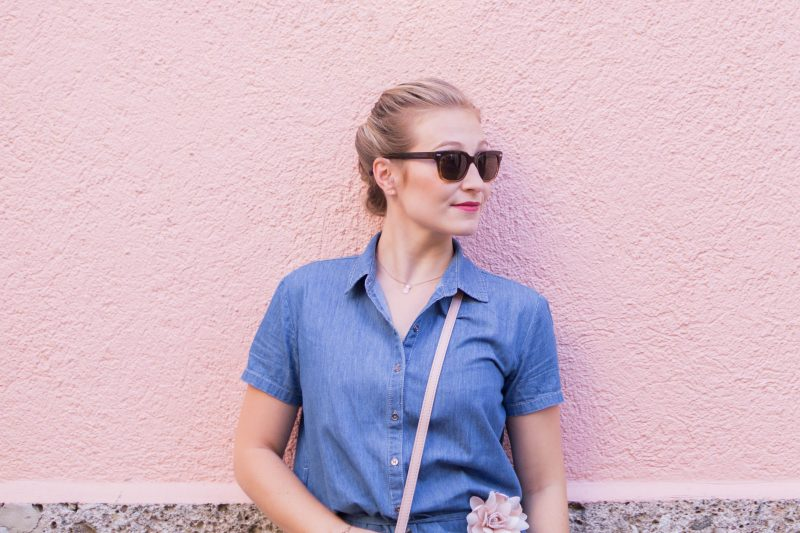 Autumn Outfit: Denim Dress & Millenial Pink Accessoires
